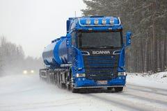 Nouveau camion de réservoir bleu de Scania R580 en chutes de neige Photo stock