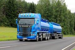 Nouveau camion de réservoir bleu de Scania R580 sur la route d'été Photos stock
