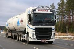 Nouveau camion de réservoir de Volvo FH sur la route en hiver Photographie stock libre de droits