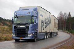 Nouveau camion de remorque de Scania R520 de prochaine génération sur la route pluvieuse Photos libres de droits