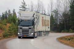 Nouveau camion de remorque de Scania R500 de prochaine génération sur la route pluvieuse Images stock