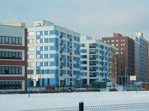 Nouveau complexe résidentiel moderne pendant l'hiver photo stock