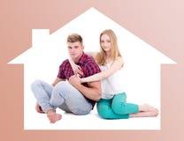 Nouveau concept à la maison - jeune homme et femme dans le cadre de maison Photos libres de droits
