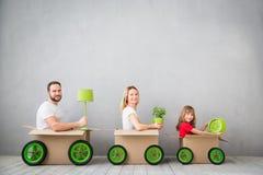 Nouveau concept mobile à la maison de Chambre de jour de famille photo stock