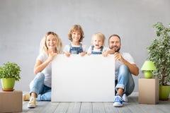 Nouveau concept mobile à la maison de Chambre de jour de famille photographie stock
