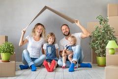 Nouveau concept mobile à la maison de Chambre de jour de famille images stock
