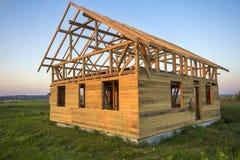 Nouveau cottage des matériaux écologiques naturels de bois de charpente en construction dans le domaine vert Murs en bois et cadr photographie stock libre de droits