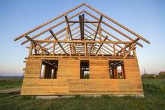 Nouveau cottage des matériaux écologiques naturels de bois de charpente sous le constru image libre de droits