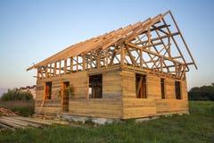 Nouveau cottage des matériaux écologiques naturels de bois de charpente sous le constru photos libres de droits