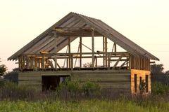 Nouveau cottage des matériaux écologiques naturels de bois de charpente sous le constru photo stock