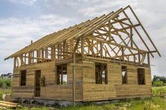 Nouveau cottage des matériaux écologiques naturels de bois de charpente sous le constru photographie stock libre de droits