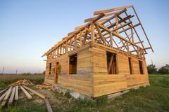 Nouveau cottage des matériaux écologiques naturels de bois de charpente sous le constru photo libre de droits