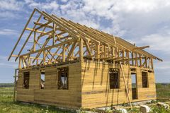 Nouveau cottage des matériaux écologiques naturels de bois de charpente sous le constru images stock