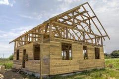 Nouveau cottage des matériaux écologiques naturels de bois de charpente sous le constru photographie stock
