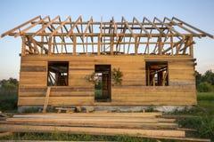 Nouveau cottage des matériaux écologiques naturels de bois de charpente sous le constru images libres de droits