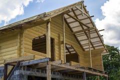 Nouveau cottage des matériaux naturels de bois de charpente en construction Bois image stock