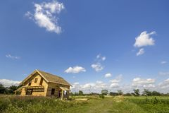 Nouveau cottage non de finition écologique en bois des matériaux naturels en construction dans le domaine vert sur le village et  photographie stock