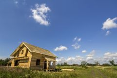 Nouveau cottage non fini écologique en bois de matériel naturel images stock