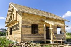 Nouveau cottage traditionnel écologique en bois des matériaux naturels de bois de charpente avec le toit raide en construction da photographie stock libre de droits