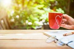Nouveau début du jour avec le thé chaud pendant le matin image stock