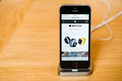 Nouveau dernier smartphone de Se d'iPhone d'Apple à partir des ordinateurs Apple Images stock