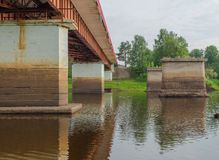 Nouveau et vieux pont Images stock