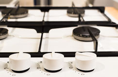 Nouveau fourneau blanc avec des boutons sur le bureau en bois Photo stock