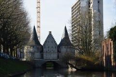 Nouveau gratte-ciel entourant et regardant vers le bas sur le vieux photos libres de droits