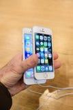 Nouveau lancement de smartphone de Se d'iPhone d'Apple Image stock