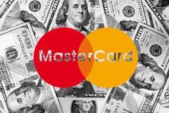 Nouveau logo de MasterCard sur l'argent Photographie stock