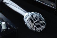 Nouveau microphone argenté d'isolement Photographie stock