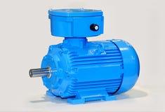 Nouveau moteur électrique bleu d'isolement sur le fond gris Image libre de droits