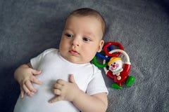 Nouveau-né à trois mois se situant dans le lit Images libres de droits