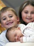 Nouveau-né avec des sibs photos libres de droits