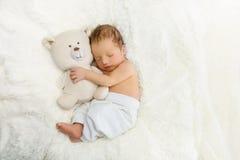 Nouveau-né avec l'ours de jouet Image libre de droits