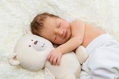 Nouveau-né avec l'ours de jouet Photographie stock