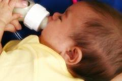 Nouveau-né avec la bouteille Image libre de droits
