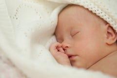 Nouveau-né avec le sommeil de trisomie 21 images libres de droits