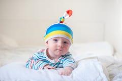 Nouveau-né avec un léger sourire Photographie stock libre de droits