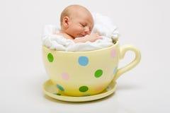 Nouveau-né dans la cuvette jaune Image stock