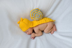 Nouveau-né dans le costume d'escargot Images libres de droits