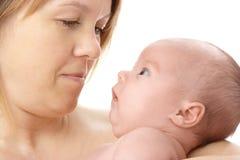 Nouveau-né mignon dans des mains de la mère Images libres de droits