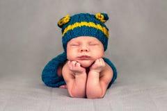 Nouveau-né mignon sur la couverture grise Photo libre de droits
