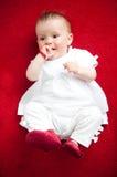 Nouveau-né peu adorable, se trouvant sur le sien en arrière Images libres de droits