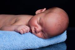 Nouveau-né sur l'essuie-main Photos stock