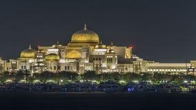 Nouveau palais présidentiel illuminé au timelapse de nuit Abu Dhabi, Emirats Arabes Unis banque de vidéos