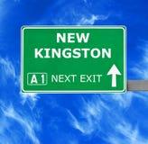 NOUVEAU panneau routier de KINGSTON contre le ciel bleu clair photos stock