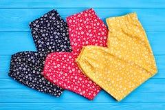 Nouveau pantalon plié organique de bébé Images libres de droits