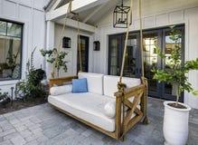 Nouveau patio à la maison classique moderne avec une oscillation photographie stock libre de droits