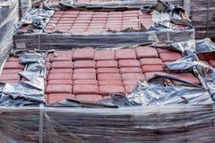 Nouveau pavé sur les palettes, matériaux de construction pour la reconstruction du trottoir Foyer sélectif, plan rapproché photo stock